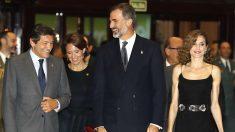 Los Reyes junto al presidente asturiano Javier Fernández (Foto: Efe).