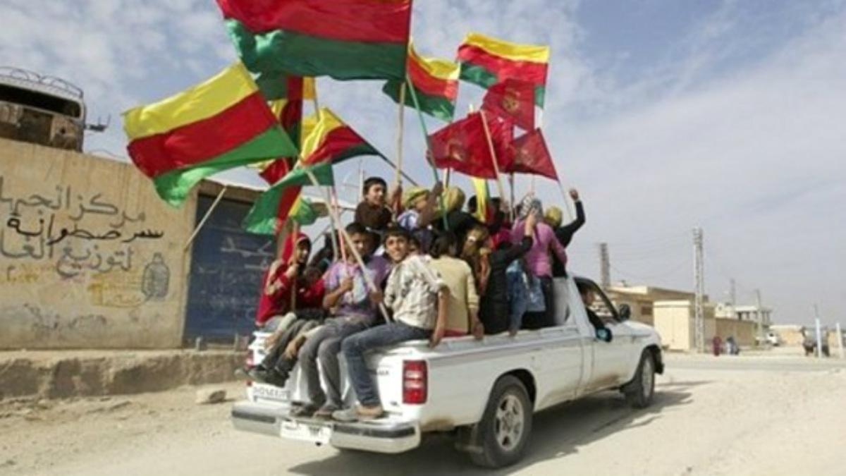Niños kurdos de Rojava celebran la proclamación del territorio autónomo de los tres cantones.