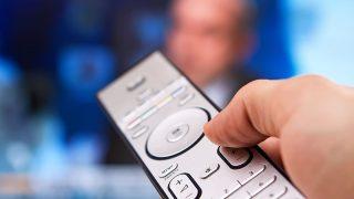 Imagen de un mando a distancia cambiando de canal. (Getty)
