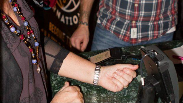 Clienta pagando con la mano en un centro comercial (Foto: DSruptive)