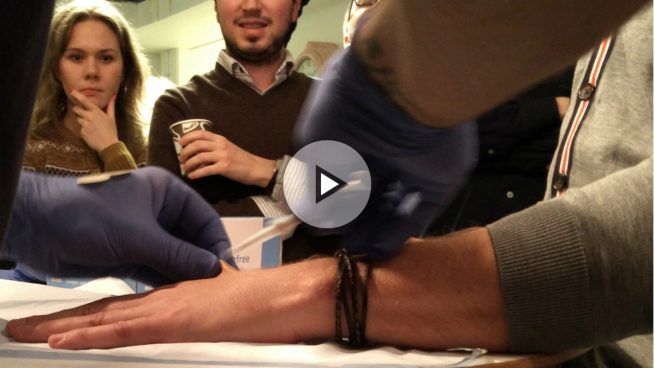 Un biohacker español, pionero en la implantación de un chip bajo la piel para no llevar cartera