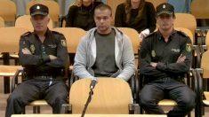 Antonio Ortiz, presunto pederasta de Ciudad Lineal, escoltado por dos agentes de seguridad durante la segunda jornada del juicio. EFE