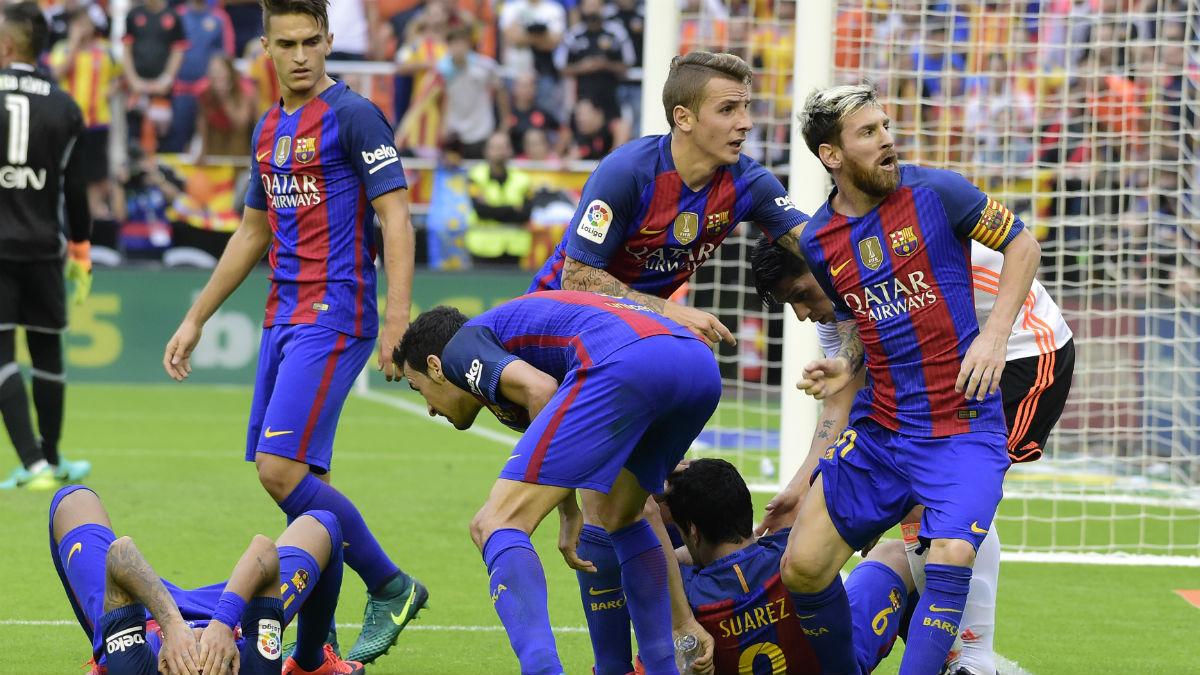 Suárez y Neymar están el suelo por el impacto de las botellas. (AFP)