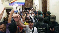 Seguidores de Maduro irrumpen en la Asamblea Nacional (Foto: AFP)