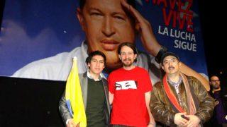 Jorge Cueva con Pablo Iglesias en el homenaje a Hugo Chávez celebrado en Madrid en marzo de 2013.