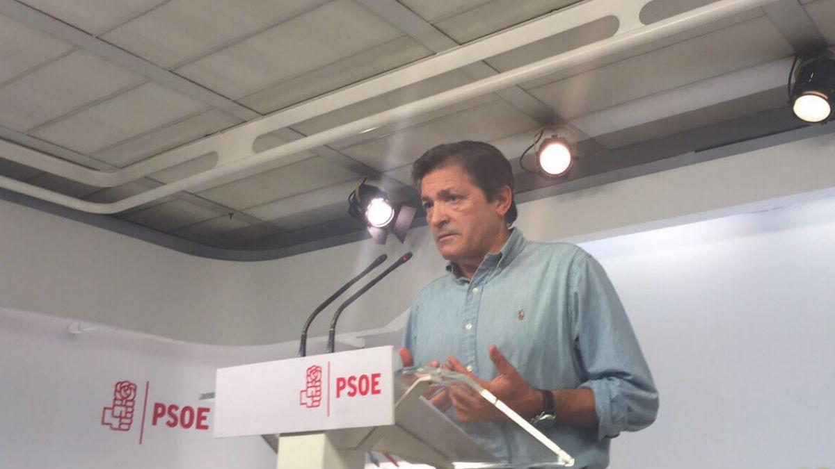 El presidente de la gestora del PSOE, Javier Fernández. (Foto: Enrique Falcón)