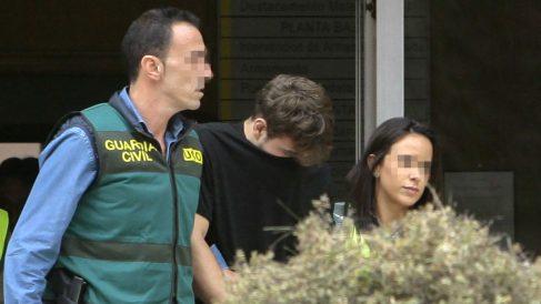 Patrick Nogueira conducido por la Guardia Civil. (Foto: Efe).