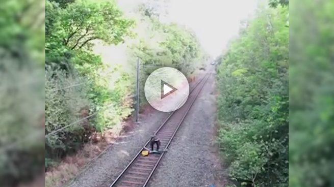 Un hombre ebrio se salva de que le pille el tren por un par de segundos