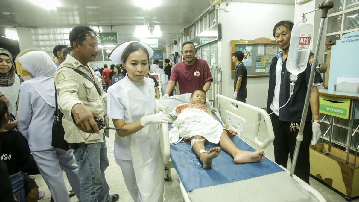 Un niño es atendido en un hospital tras el atentado con bomba en un restaurante en Tailandia. (Foto: AFP)