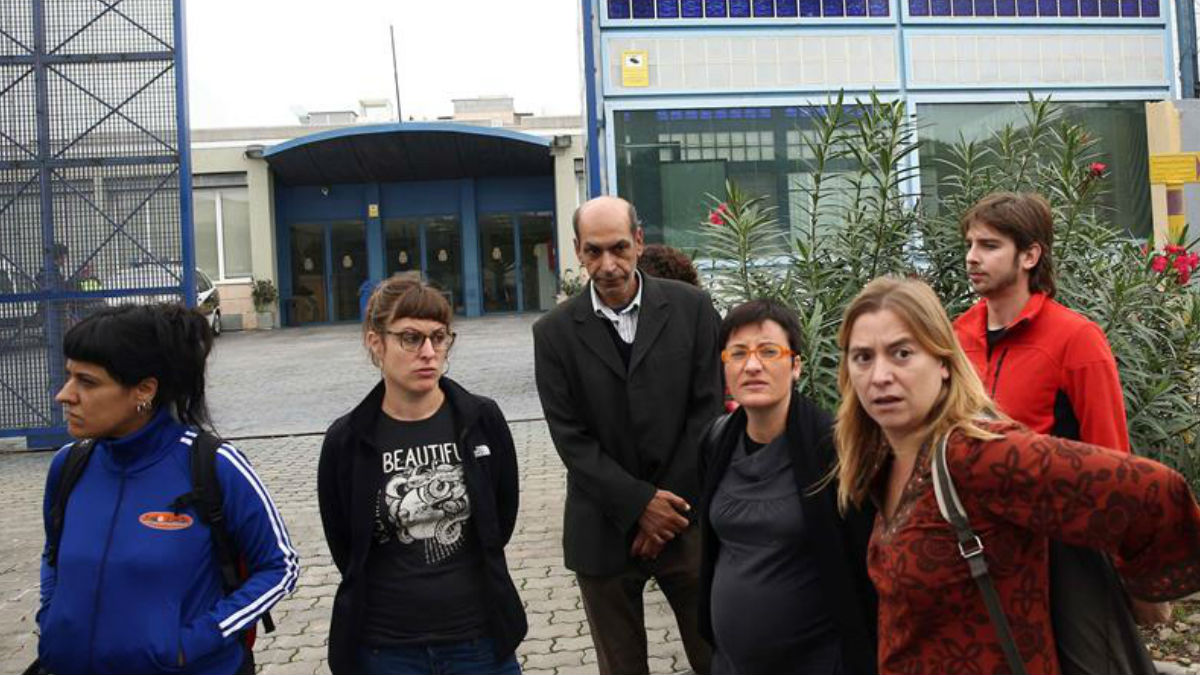 Las diputadas de la CUP Anna Gabriel (i) y Mireia Vehí (2 i) junto a la diputada de CSQEP (Catalunya Sí Que Es Pot) Marta Ribas (3 d) y Joan Giner (d) también de CSQEP otros diputados se han quedado en la entrada del Centro de Internamiento de Extranjeros (CIE) de Barcelona, sin lograr ser recibidos por el director del recinto para interesarse por la huelga de hambre que secundan unos 40 internos. EFE