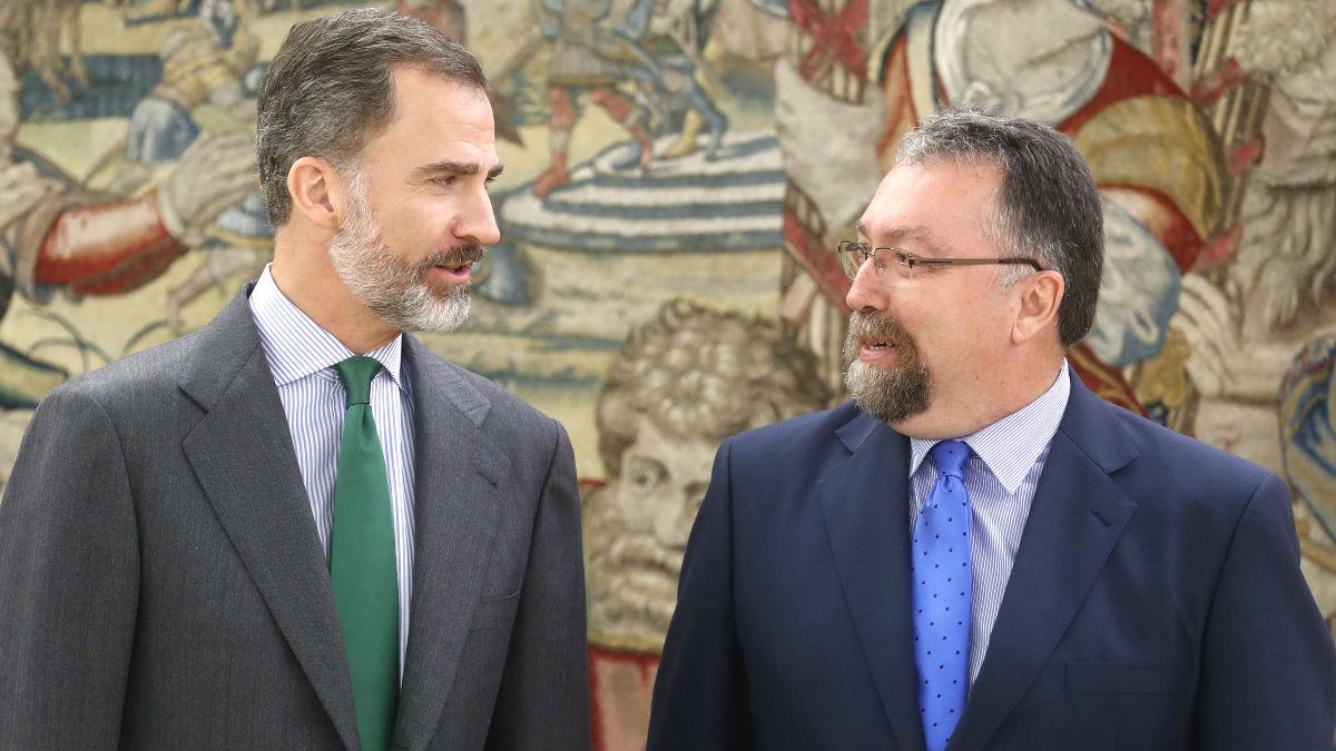 El rey Felipe VI recibe en el Palacio de la Zarzuela al diputado de Foro Asturias, Isidro Martínez Oblanca (d), en la primera jornada de su ronda de contactos para buscar candidato a la investidura. (Foto: Efe)
