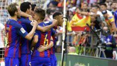 Neymar se encara con los aficionados del Valencia en el tercer gol del Barça. (AFP)
