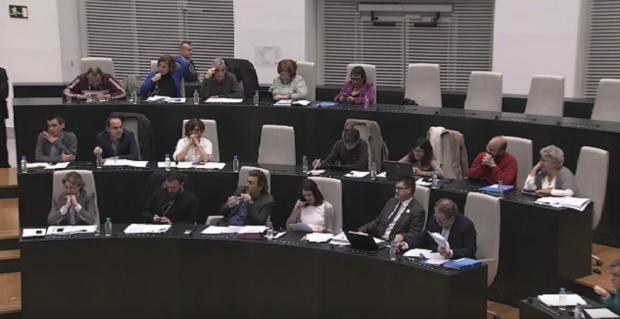Los concejales de Ahora Madrid escuchando a Aguirre. (Foto: YT)