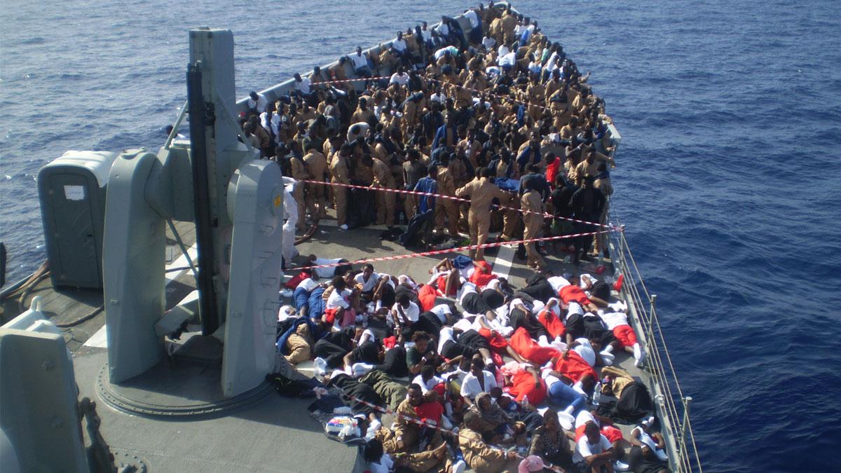 Cubierta de la fragata Navarra con los inmigrantes rescatados. (Foto: Armada Española).