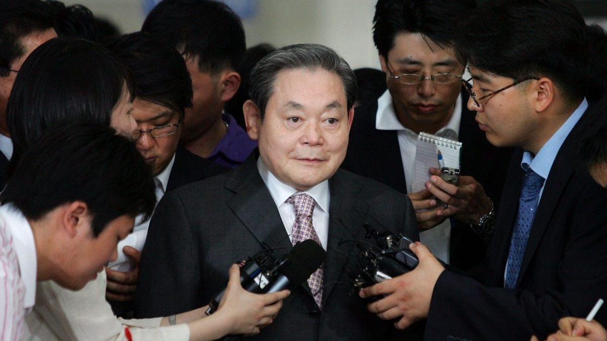 Lee Kun-Hee, presidente de Samsung, saliendo de un juicio por evasión de impuestos. Foto: Getty)