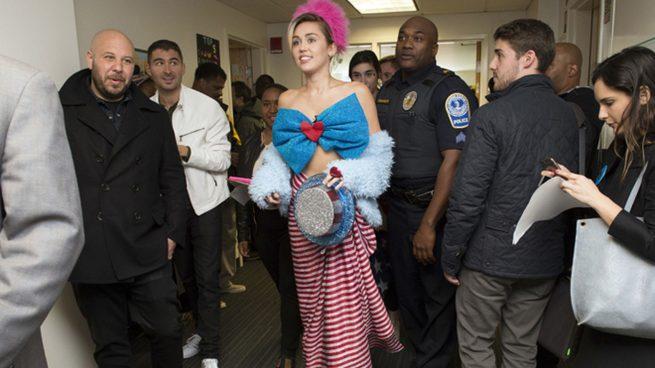 Miley Cirus se viste de bandera americana para apoyar a Hillary