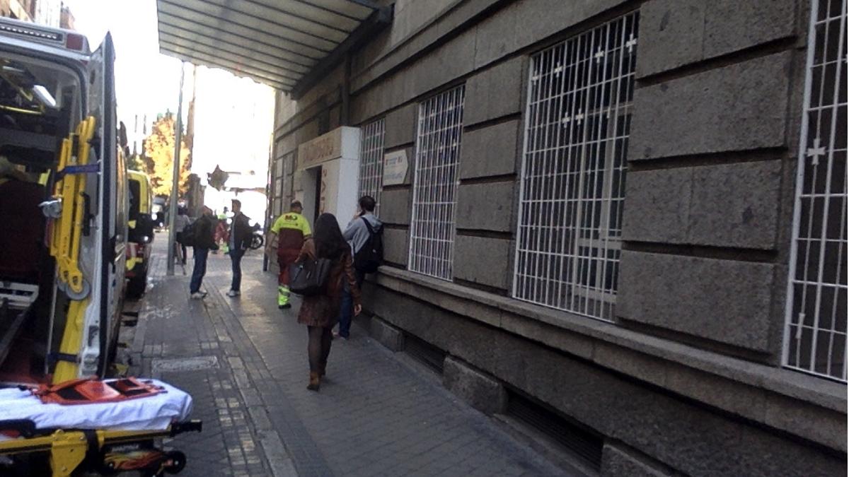 Entrada a Urgencias tras la hospitalización de Carmena. (Foto: OKDIARIO)