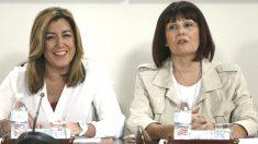 La secretaria general del PSOE de Andalucía y presidenta de la Junta, Susana Díaz (i), junto a la presidenta del PSOE-A, Micaela Navarro (d) (Foto: Efe)