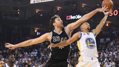 Pau Gasol tapona una entrada a canasta del MVP Stephen Curry. (Getty)