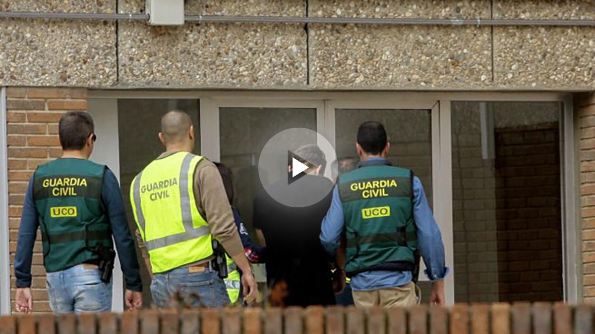El presunto asesino de Pioz (Guadalajara), François Patrick Nogueira Gouveia (2d), a su llegada esta tarde la Comandancia de la Guardia Civil de Guadalajara. (EFE)