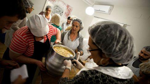 Voluntarios colaborando en el reparto de comida a los necesitados en España. GETTYIMAGES
