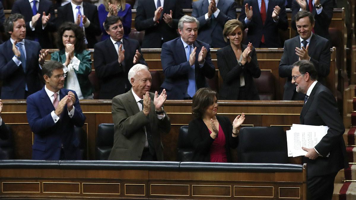 Rajoy regresa al escaño con los papeles del discurso de investidura. (EFE)