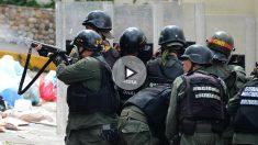 La policía bolivariana dispara contra los manifestantes en San Cristóbal, estado de Táchira. (AFP)