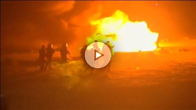 'La Jungla' de Calais arde: numerosos refugiados prenden fuego a lo que ha sido su 'hogar' al abandonarlo