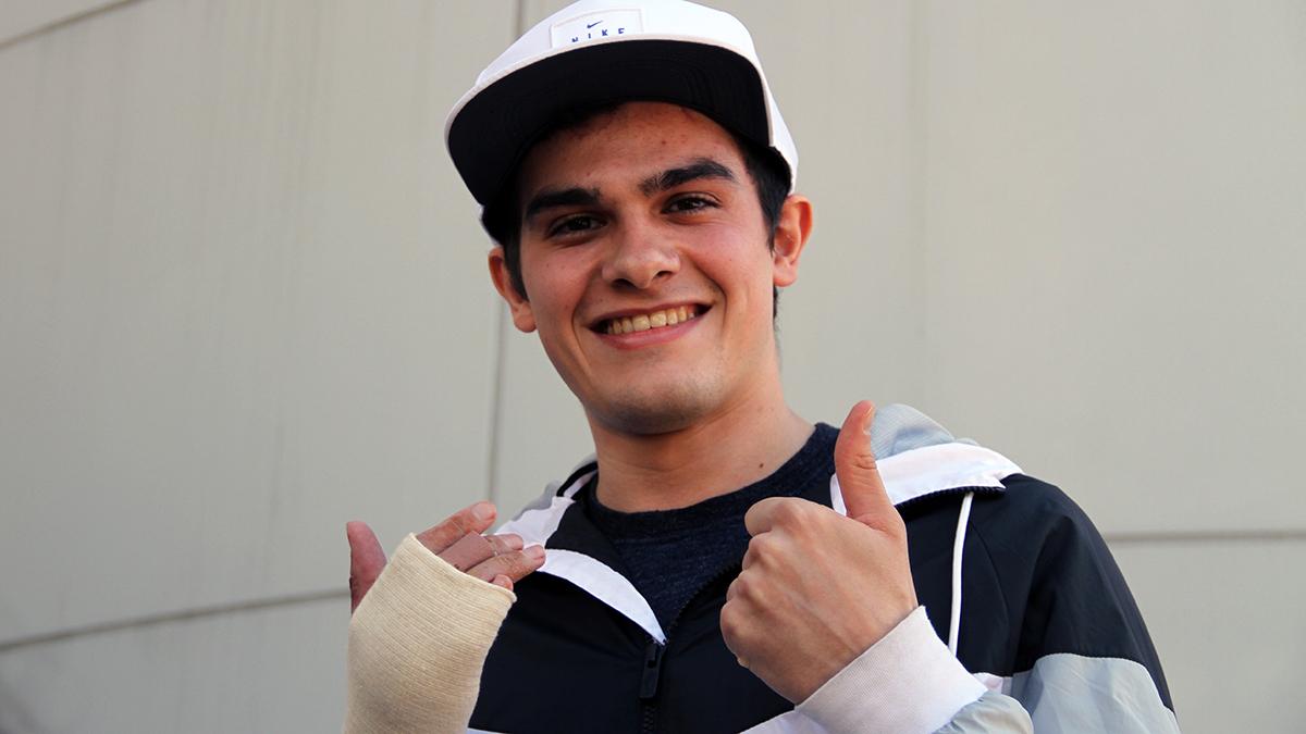 Bruno Hortelano posa, enseñando su mano, ante los medios. (Foto: Enrique Falcón)