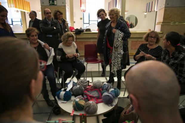 La alcaldes Carmena hablando con los tejedores, algunos de estética 'heavy'. (Foto: Madrid)
