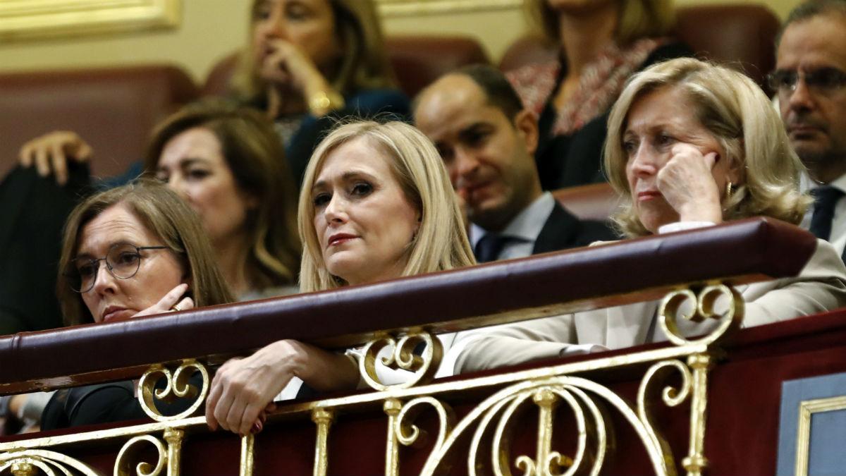 Elvira Fernández (i), esposa del líder del PP, Mariano Rajoy, junto a la presidenta de la Comunidad de Madrid, Cristina Cifuentes (c), y la delegada del Gobierno en Madrid, Concepción Dancausa (d), en la tribuna de invitados durante el debate de investidura de Rajoy, esta tarde en el Congreso de los Diputados. EFE