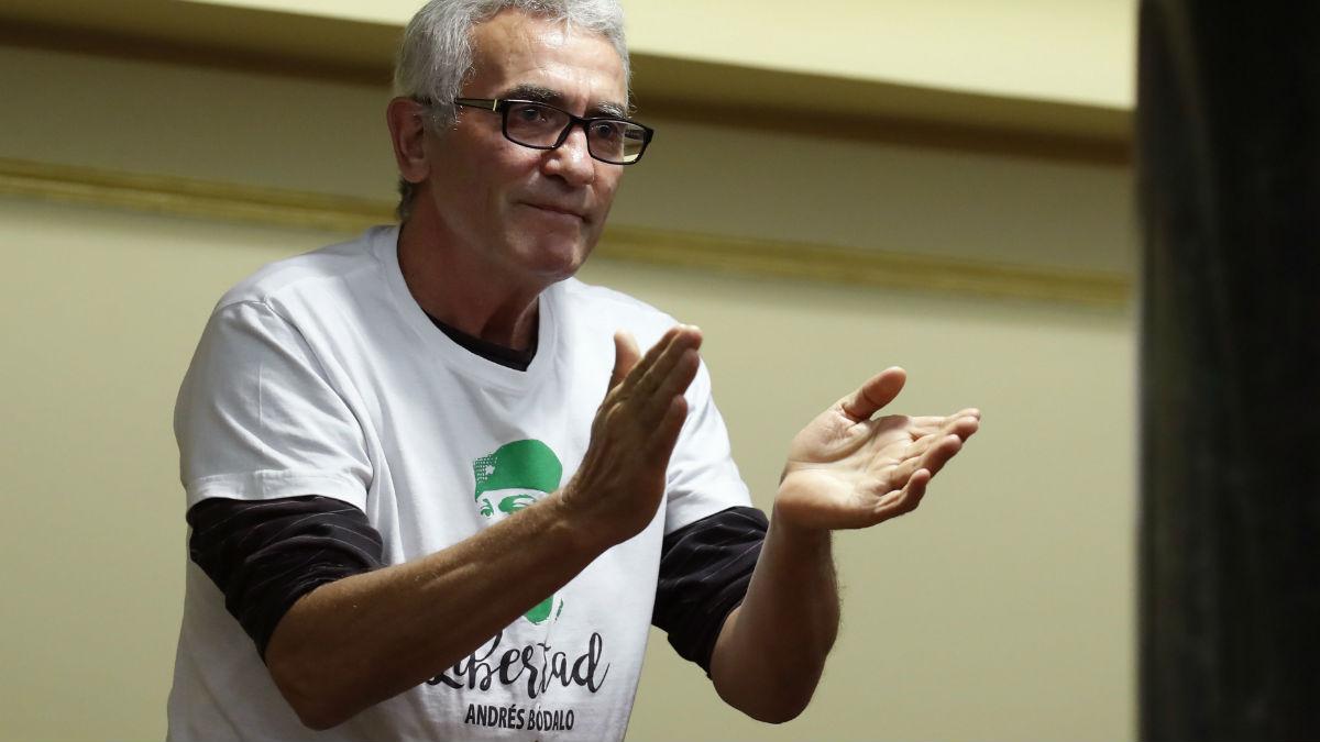 El diputado Diego Cañamero con la camiseta pidiendo la libertad de Andrés Bódalo. (Foto: EFE)