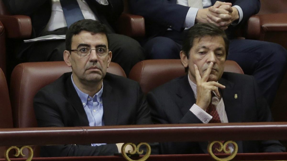 Mario Jiménez y Javier Fernández. (Foto: EFE)