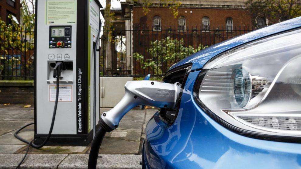 Coche eléctrico recargando Foto Getty).