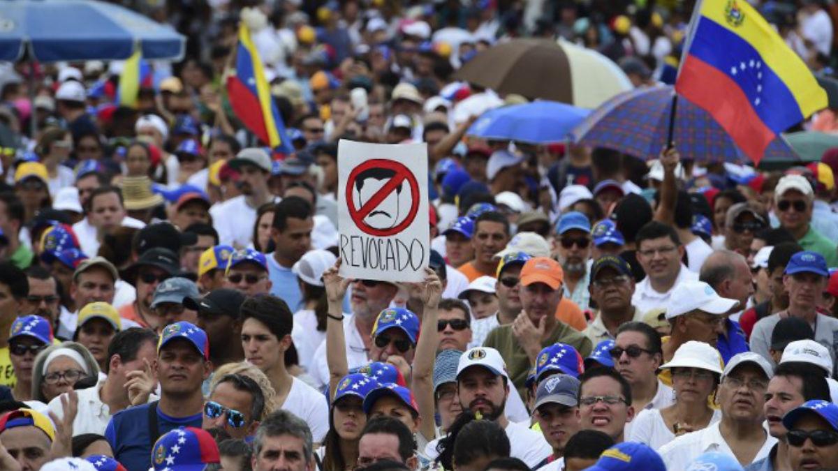 Miles de opositores al régimen de Nicolás Maduro se manifiestan en la calle mostrando su conformidad en declarar a Maduro en abandono del cargo. AFP