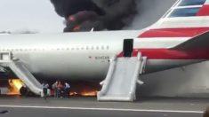 Momento en el que los pasajeros evacuan el avión durante el incendio.