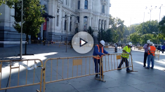 La fachada del Ayuntamiento siendo vallada. (Foto: OKDIARIO)