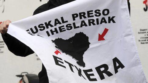 Cartel a favor del acercamiento de los presos de ETA. (Foto: AFP)