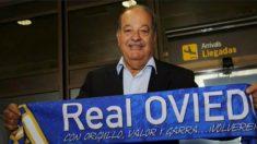 Carlos Slim en el aeropuerto de Asturias con una bufanda del Real Oviedo (Foto: economiahoy.mx)