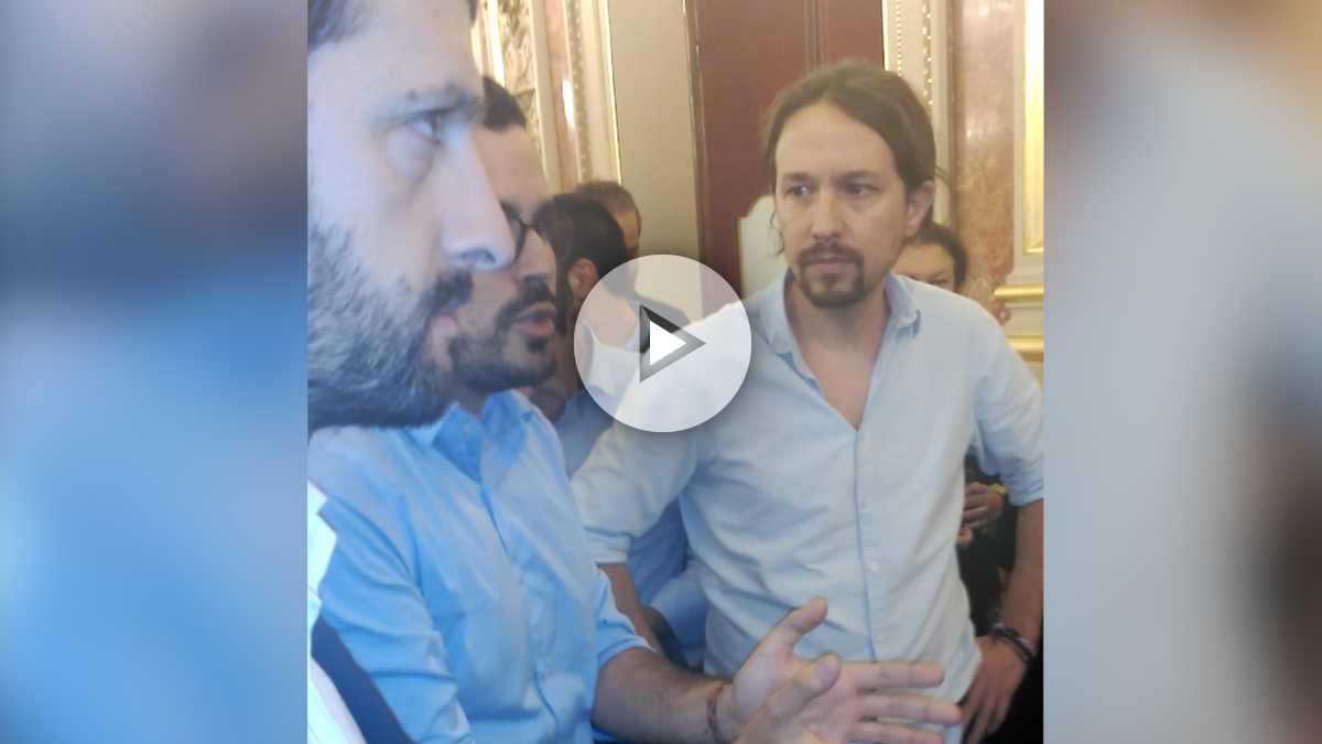 Los diputados de Podemos abandonan el hemiciclo.