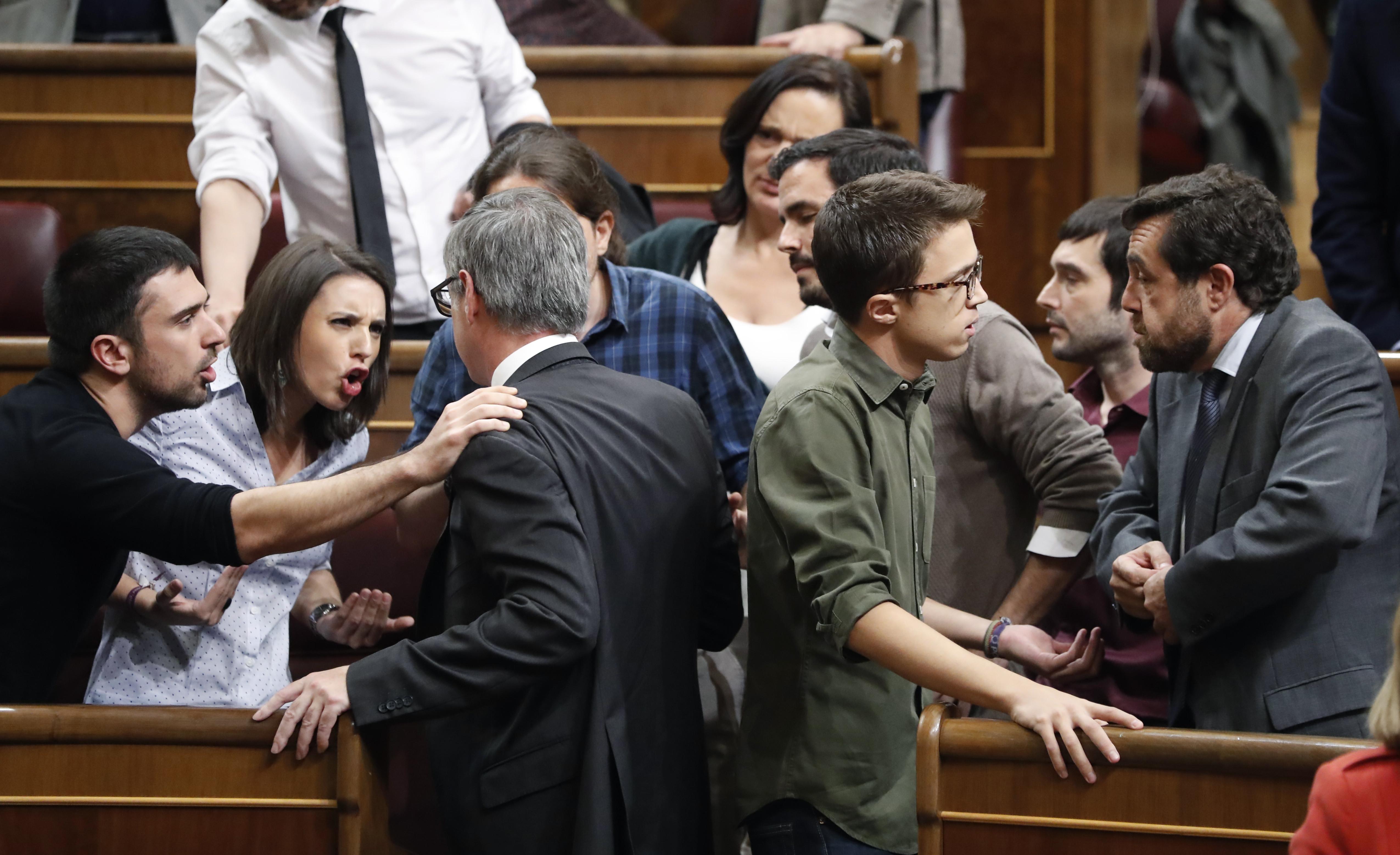 Un momento de la bronca entre Podemos y C's en el Congreso