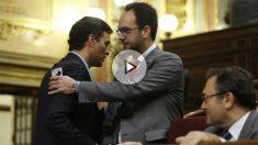 Pedro Sánchez y Antonio Hernando en el debate de investidura de Mariano Rajoy (EFE).