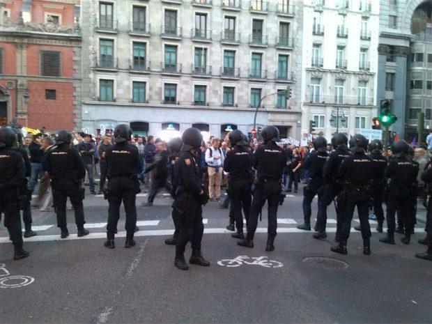 En directo: El escrache «Rodea el Congreso» y la investidura de Rajoy