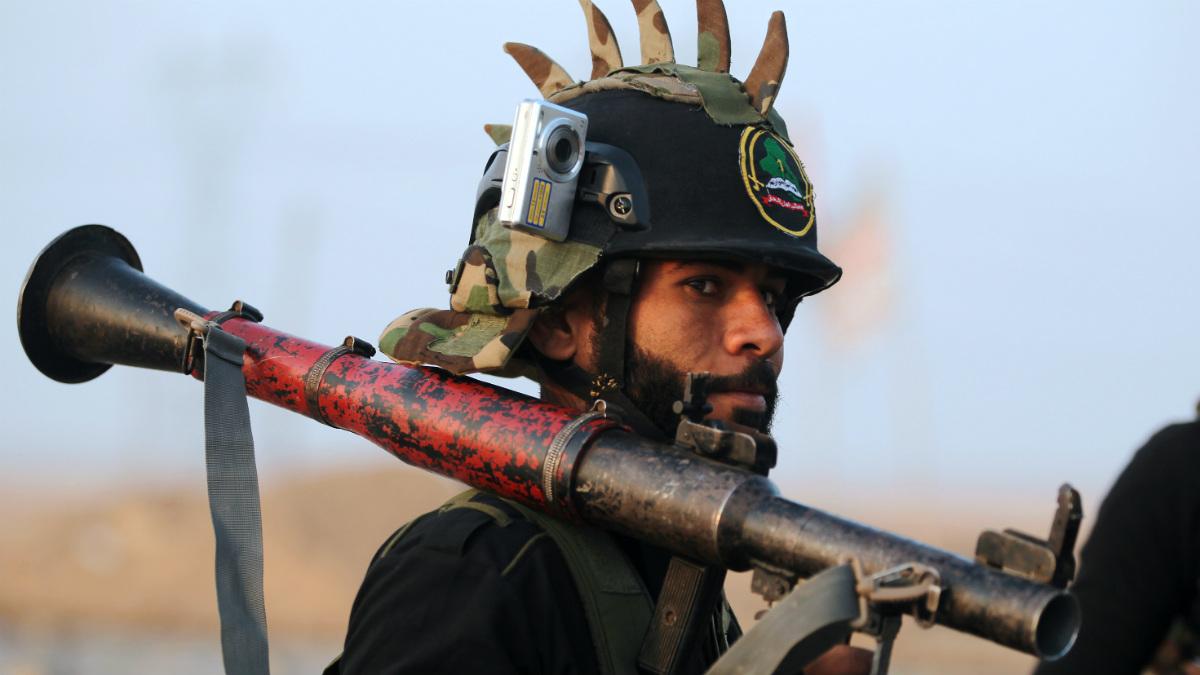 Un miliciano chií de Hashed al Shaabi, inicia la ofensiva oeste sobre Mosul. (AFP)