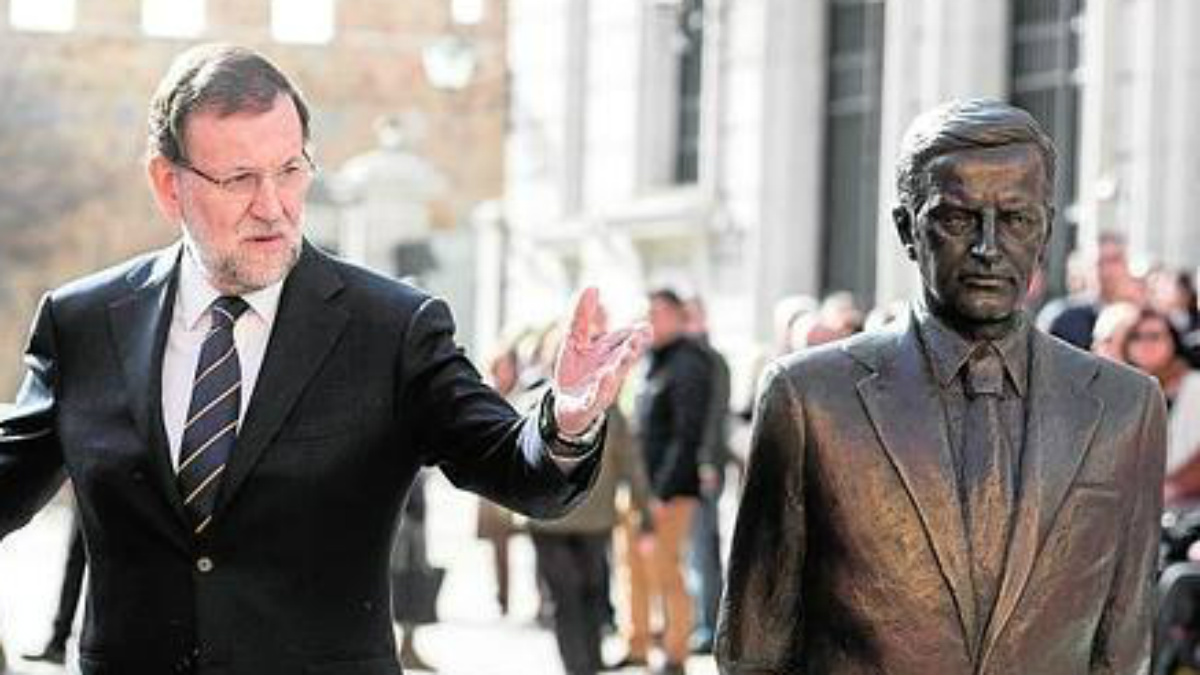 Mariano Rajoy, ante la estatua de Adolfo Suárez en Ávila.