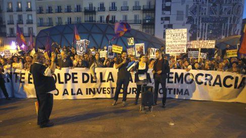 Lectura de un manifiesto al término de la marcha «Rodea el Congreso», en la Puerta del Sol de Madrid, convocada por la Coordinadora 25-S, para protestar por la investidura de Mariano Rajoy como presidente del Gobierno (Foto: Efe)