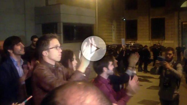 Al final Errejón sí salió a saludar a los manifestantes del 'rodea el Congreso'