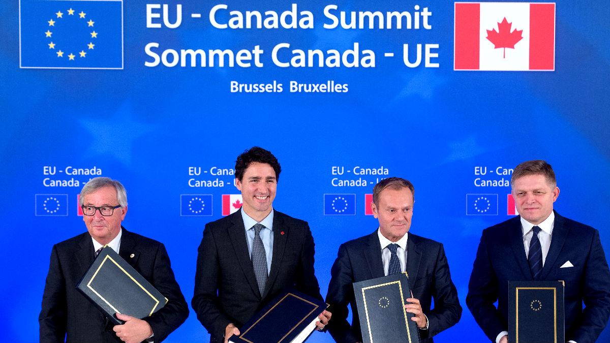 Los firmantes del acuerdo en Bruselas (Foto: AFP).