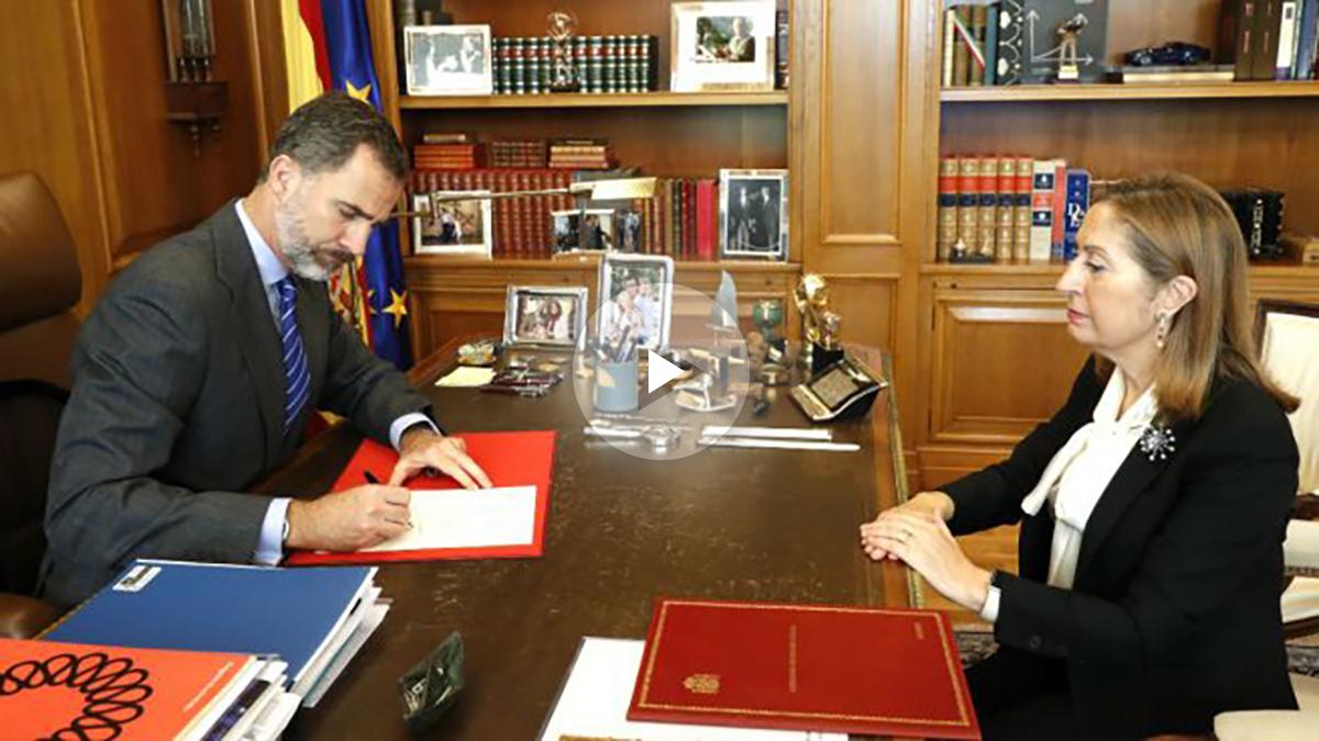 El Rey firma el nombramiento de Rajoy en presencia de Ana Pastor.