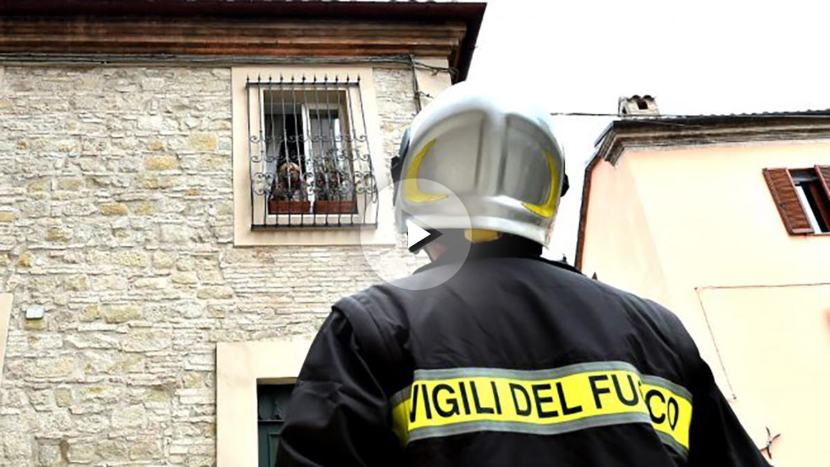 Un bombero ante un edificio (Foto: AFP).